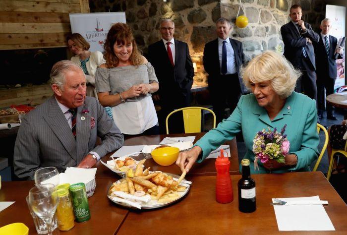 Принц Чарльз и его супруга Камилла дегустируют рыбу с жареной картошкой в валлийской деревне. / Фото: www.thesun.co.uk