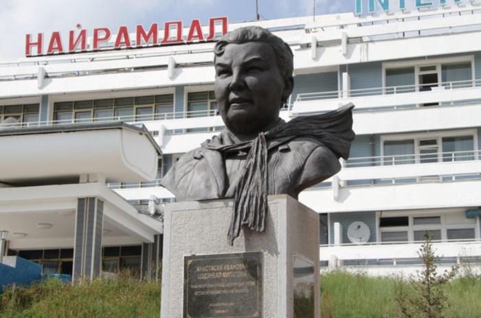 Памятник Анастасии Филатова-Цэдэнбал установлен в пригороде Улан-Батора рядом с пионерским лагерем, который появился благодаря хозяйке Монголии. / Фото: www.legendtour.ru