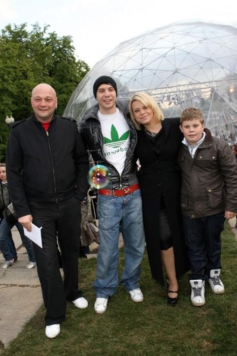 Яна Поплавская и Сергей Гинзбург с сыновьями. / Фото: www.rustars.tv