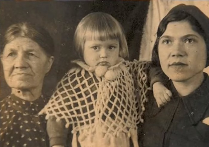 Галина Стаханова в детстве с мамой и бабушкой. / Фото: www.russia.tv