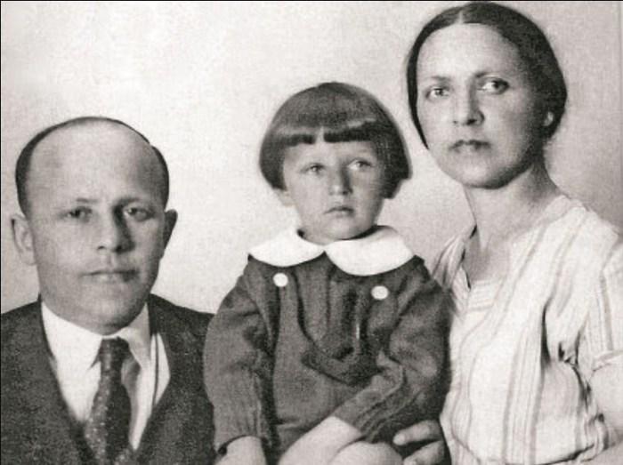 Игорь Кваша в детстве с родителями. / Фото: www.nn2.ru