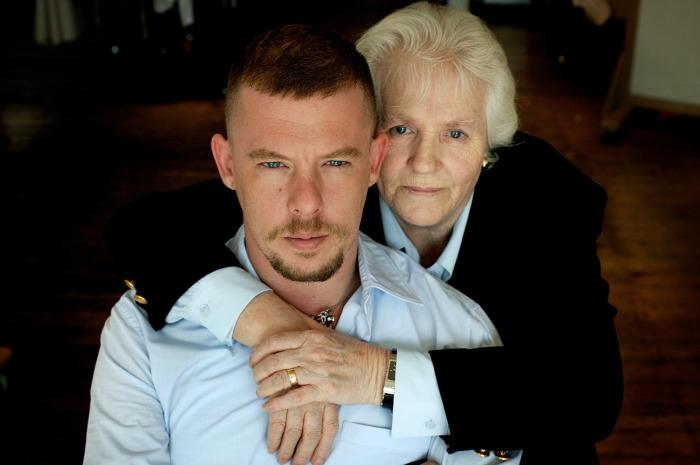 Александр Маккуин с мамой. / Фото: www.acsta.net