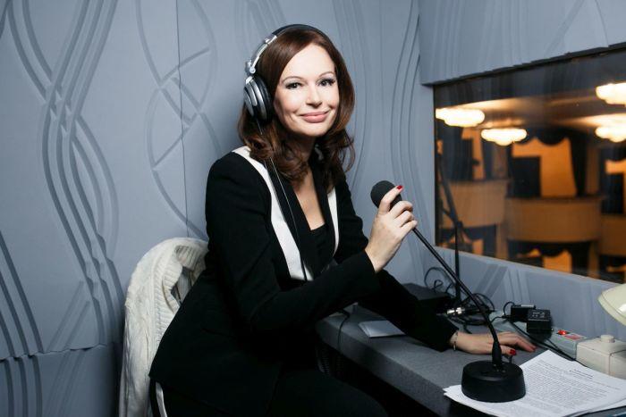 Ирина Безрукова во время работы тифлокомментатором. / Фото: www.ok-magazine.ru