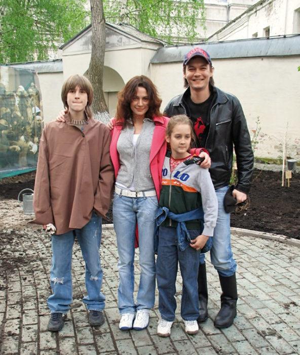 Оксана Фандера и Филипп Янковский с детьми. / Фото: www.tatler.ru
