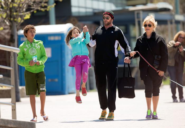 Хью Джекман и Деборра-Ли Фёрнесс с детьми. / Фото: www.woman.ru