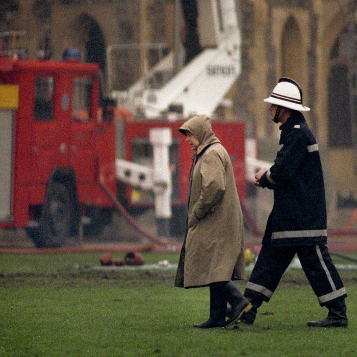 Елизавета II осматривает замок после пожара 1992 года. / Фото: www.korupciya.com