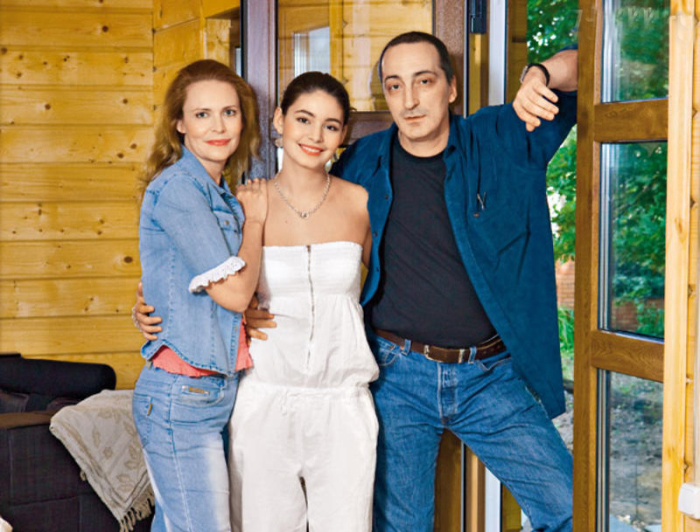 Алёна Яковлева и Кирилл Козаков с дочерью. / Фото: www.7days.ru