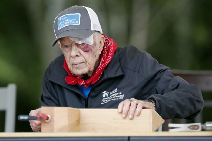 Ещё не оправившись после травмы, он пришёл на стройку. / Фото: www.p.ocdn.ee