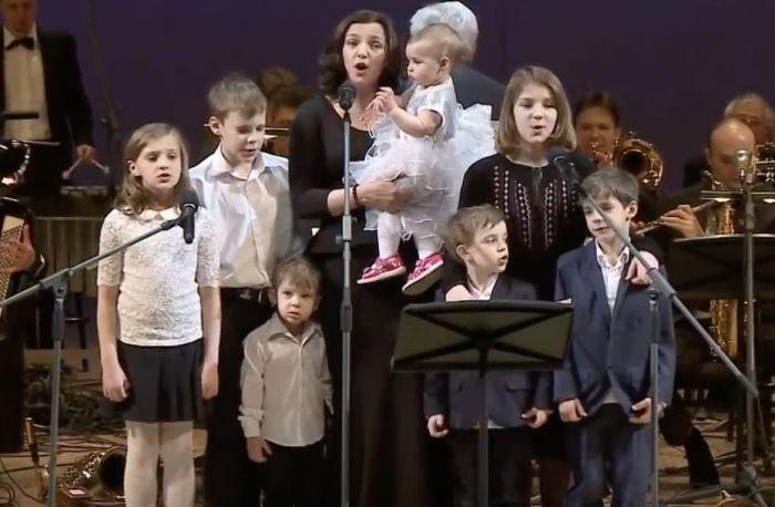 Ирина Леонова с детьми. / Фото: www.teleprogramma.pro