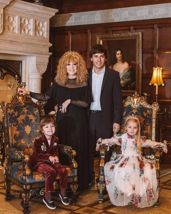 Алла Пугачёва и Максим Галкин с детьми Лизой и Гарри. / Фото: www.letidor.ru