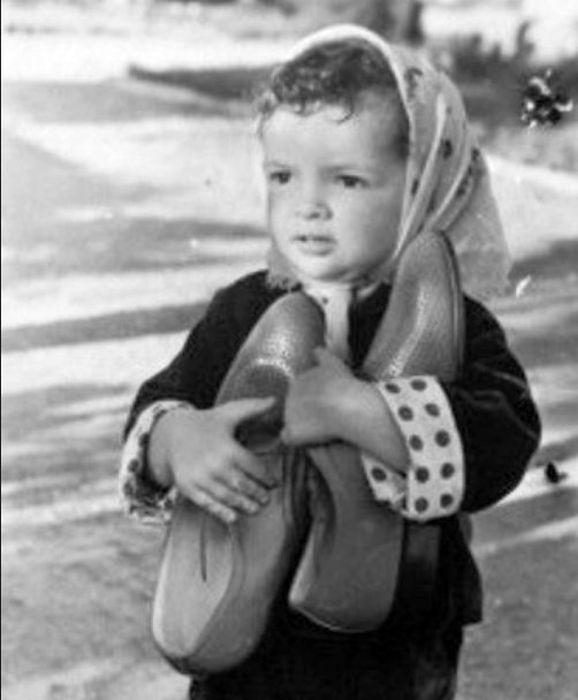 Елена Бероева прижимает к себе папины туфли. / Фото: www.osetia.kvaisa.ru