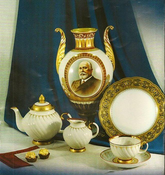 Кузнецовский фарфор. На вазе - портрет Матвея Кузнецова. / Фото: www.wp.com