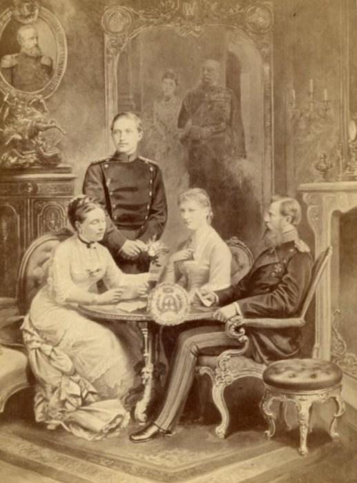 Виктория, Принцесса Королевская, принц Вильгельм (позже Вильгельм II), его жена Огюст Виктория и наследный принц в 1881 году. / Фото: www.wikimedia.org