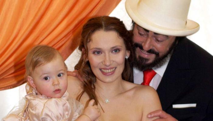 Лучано Паваротти и Николетта Мантовани с дочерью. / Фото: www.pinterest.ru