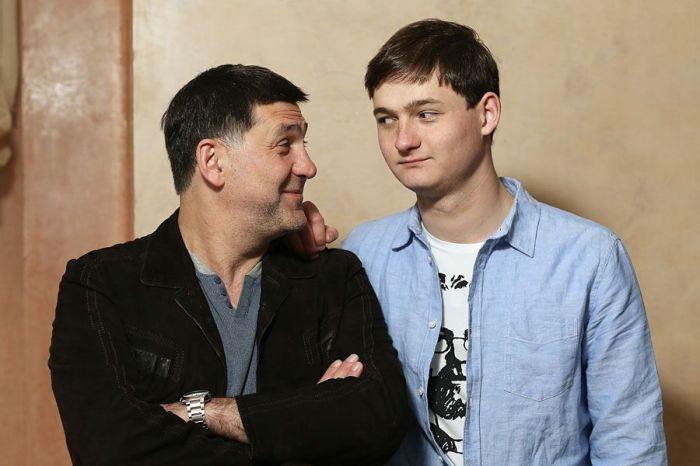 Сергей Пускепалис с сыном Глебом. / Фото: www.ugranow.ru