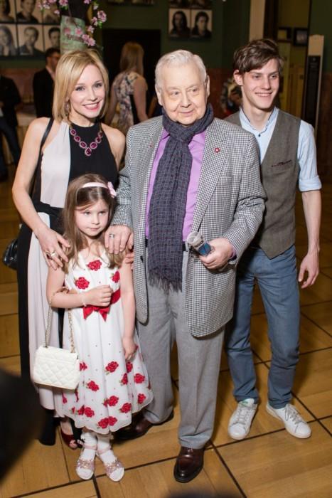 Олег Табаков с женой, сыном и дочерью. / Фото: www.woman.ru