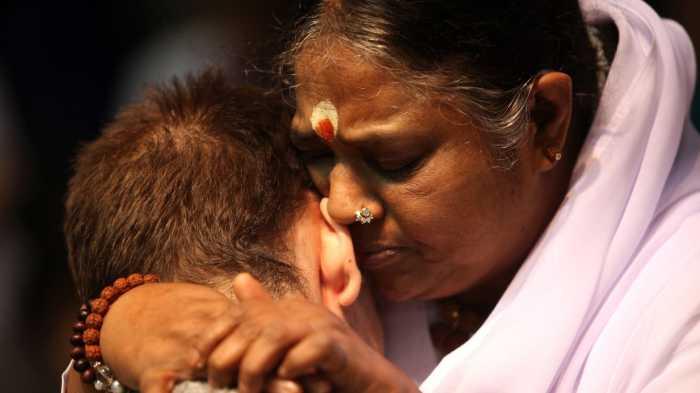 Мата Амританандамайи - Обнимающая мать. / Фото: www.thedailybeast.com