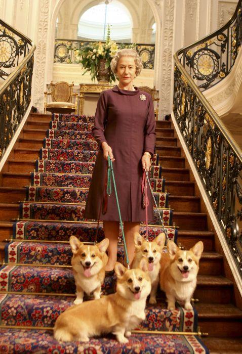 Елизавета II и её корги. / Фото: www.pathefilms.ch