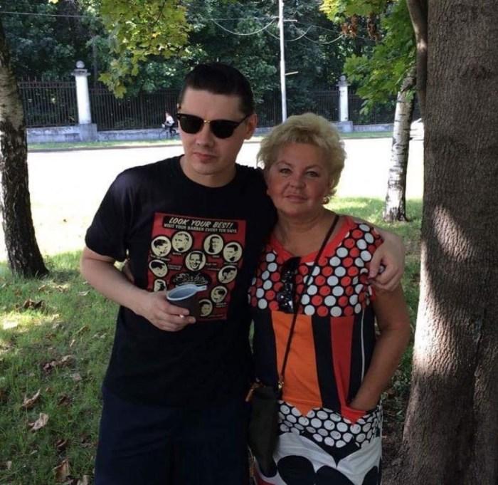 Юлия Монахова с сыном. / Фото: www.instagram.com/pankratovcherny_official