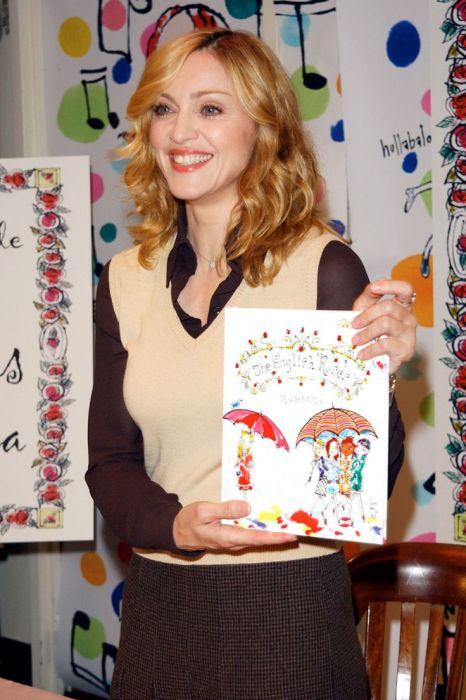 Мадонна с одной из своих книг. / Фото: www.pinimg.com