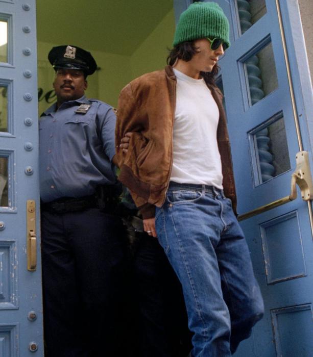 Джонни Деппа сопровождают из 19-го участка в Нью-Йорке после его ареста 13 сентября 1994 года. / Фото: www.stltoday.com