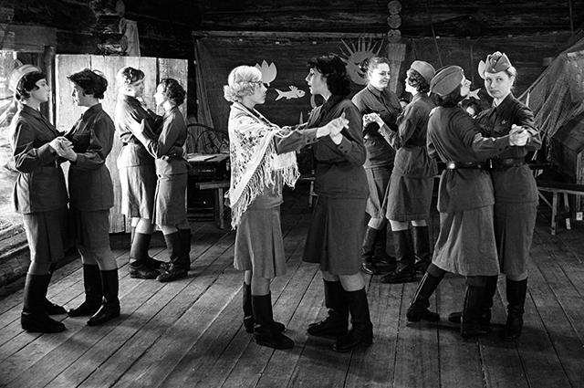Кадр из фильма «…А зори здесь тихие». / Фото: www.aif.ru