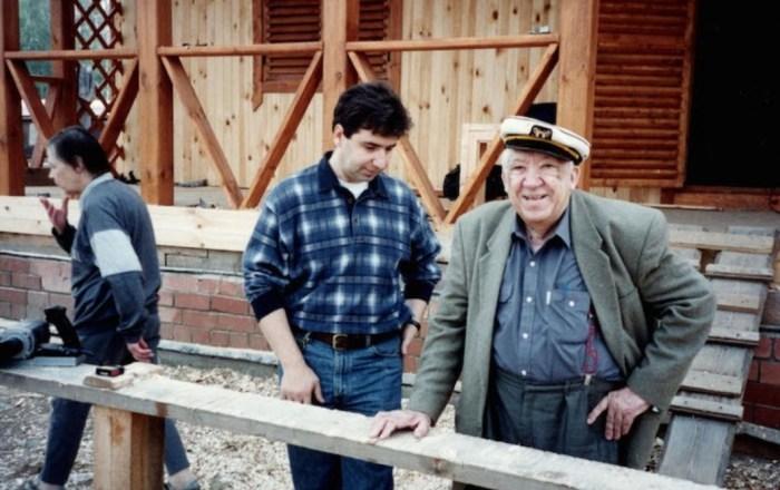 Юрий Никулин на строительстве дачи в Валентиновке. / Фото: www.1001.ru