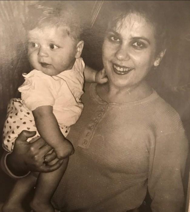 Маленькая Марина в детстве с мамой. / Фото: www.devhata.ru