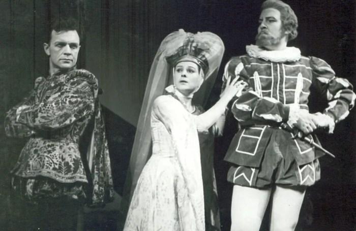Роман Филиппов (справа) в спектакле «Канец - справе вянец». / Фото: www.kp.ru