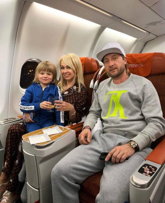 Яна Рудковская и Евгений Плющенко с сыном. / Фото: www.letidor.ru
