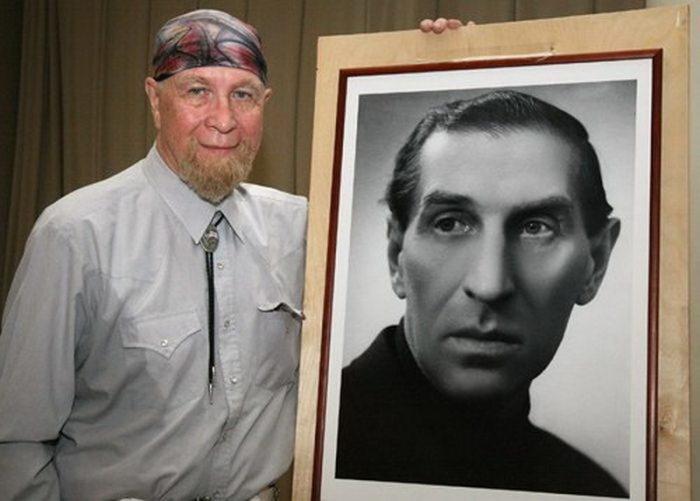 Юрий Филиппов с портретом отца. / Фото: www.adsl.kirov.ru