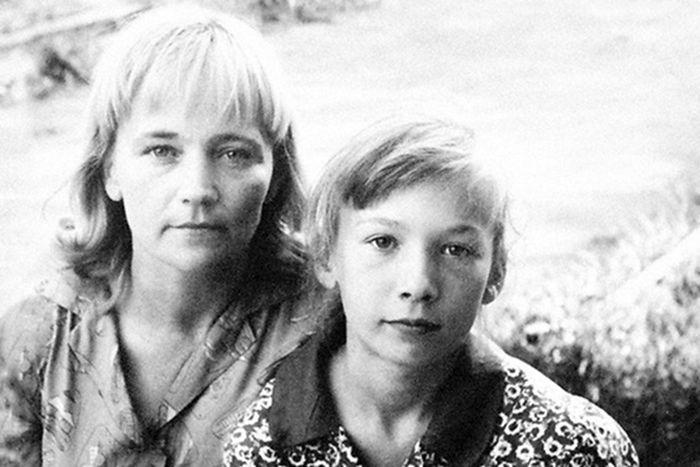 Елена Коренева в детстве с мамой. / Фото: www.biografii.net