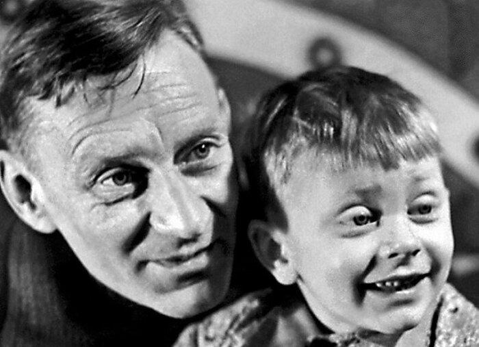 Валентин Смирнитский в детстве с отцом. / Фото: www.yablor.ru