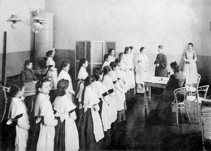 Смольный институт благородных девиц. Медицинский осмотр. Выпускной альбом 1889 года. / Фото: www.b17.ru