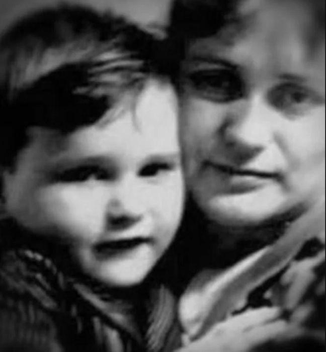 Саша Балуев в детстве с мамой. / Фото: www.wellnesso.ru