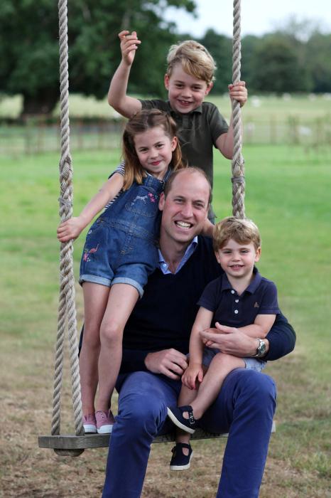 Принц Уильям с детьми. / Фото: www.mainstyles.ru