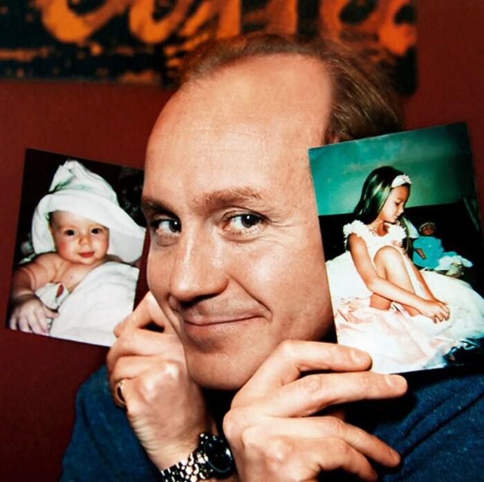 Андрей Панин с фотографиями дочери. / Фото: www.7days.ru