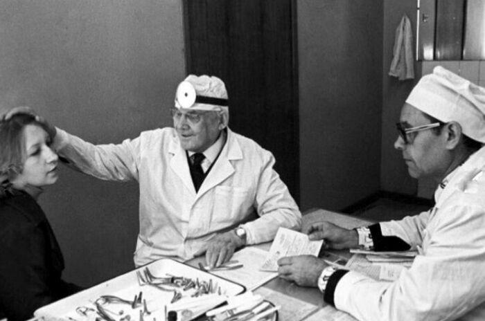 Профессор П.А. Демидов и заведующий хирургическим отделением поликлиники кандидат медицинских наук А.С. Шмелёв (справа) проводят консультацию пациентки перед операцией. / Фото: www.visualrian.ru
