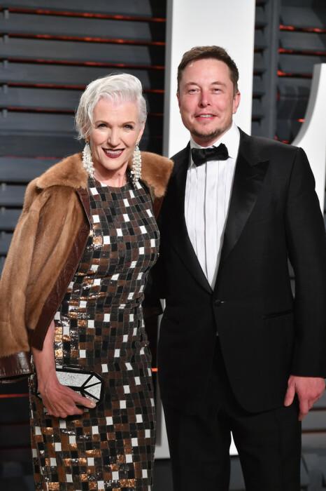 Илон Маск с мамой. / Фото: www.zimbio.com