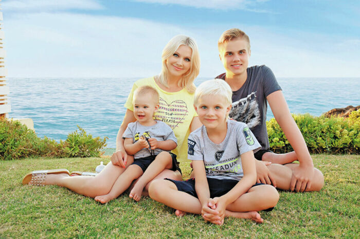 Певица Натали с сыновьями (Анатолий в центре). / Фото: www.ria.ru