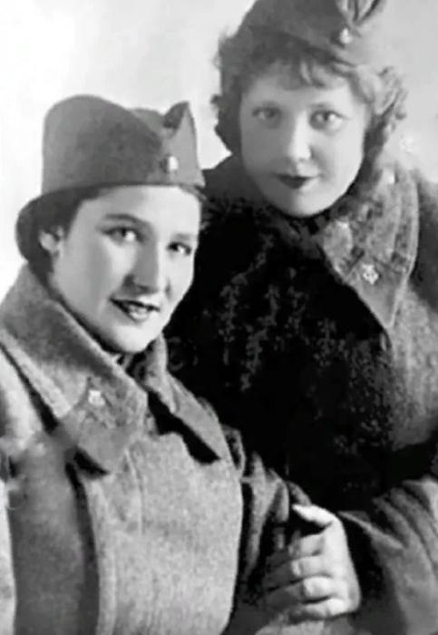 Эмилия Трейвас с подругой во время Великой Отечественной войны. / Фото: www.yandex.net