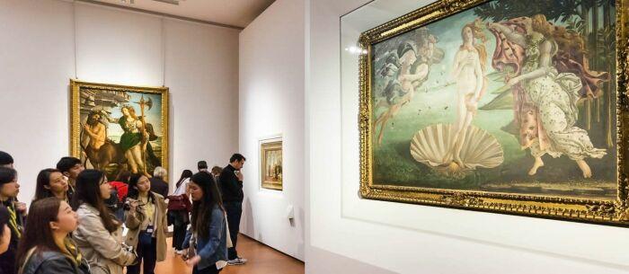 У картины «Рождение Венеры» Сандро Боттичелли в Галерее Уффици во Флоренции всегда много людей. / Фото: www.musartboutique.com