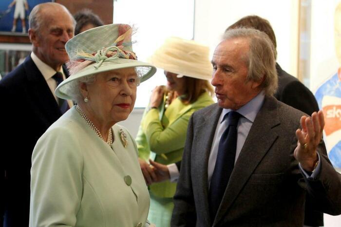 Сэр Джеки Стюарт и Елизавета II. / Фото: www.thetimes.co.uk