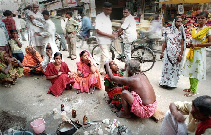 Уличный стоматолог в Индии. / Фото: www.historymed.ru