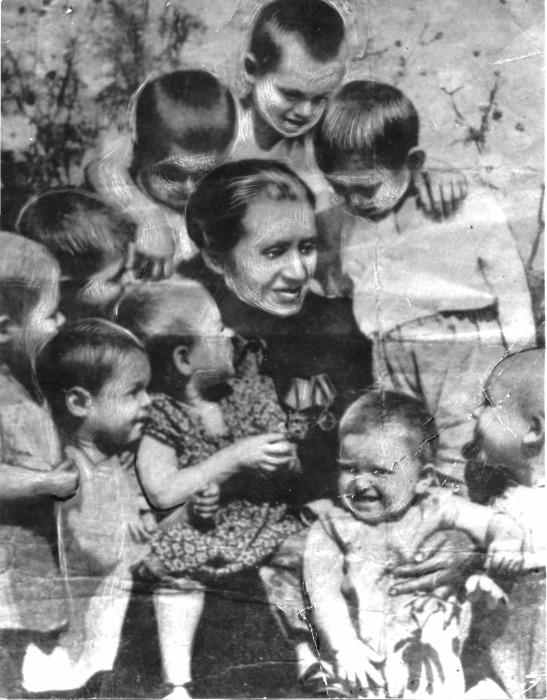 Александра Аврамовна Деревская с детьми.  / Фото: www.polzam.ru