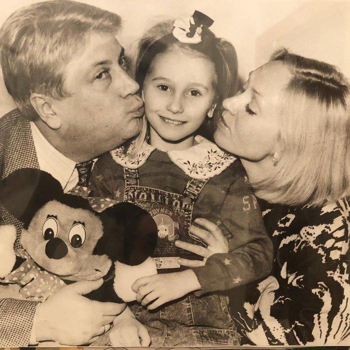 Анастасия Винокур в детстве с родителями. / Фото: www.instagram.com
