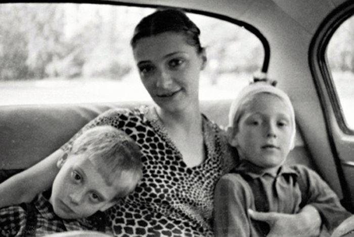 Людмила Абрамова с сыновьями Аркадием и Никитой. / Фото: www.woman.ru