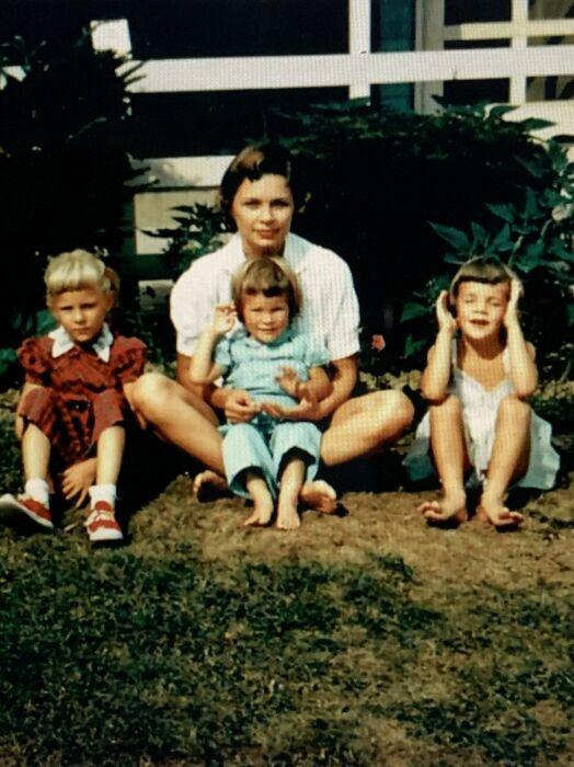 Джилл Байден (крайняя слева) со своей матерью, Бонни Джин Годфри, и сестрами Бонни и Джен. / Фото: www.inquirer.com