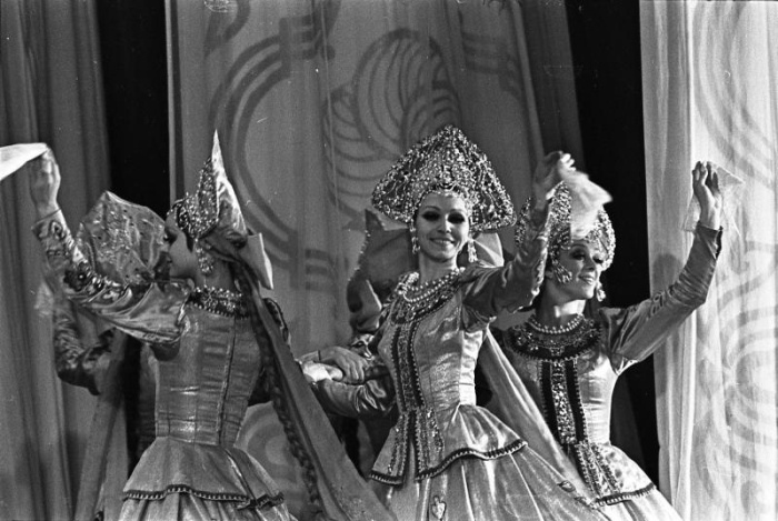 Выступление ансамбля «Берёзка», 1970-е годы. / Фото: www.russiainphoto.ru