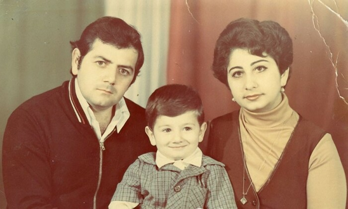 Михаил Галустян в детстве с родителями. / Фото: www.yablor.ru